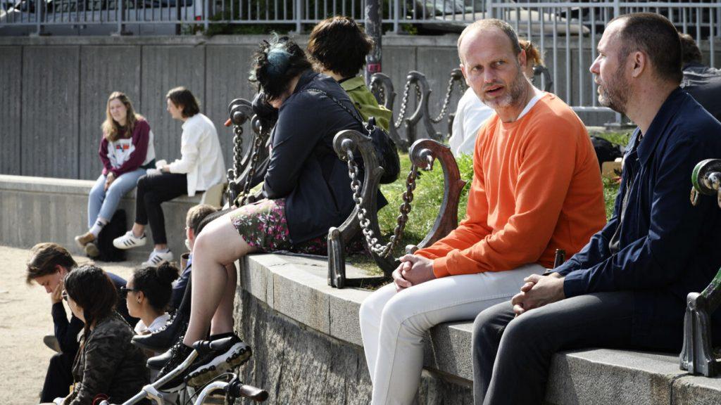 Afbeelding van mensen op een betonnen rand